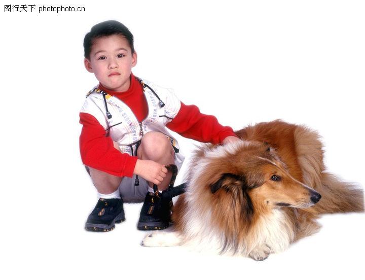 可爱幼童 人物 蹲着的小男孩 宠物狗 扶摸 掉头 不理睬