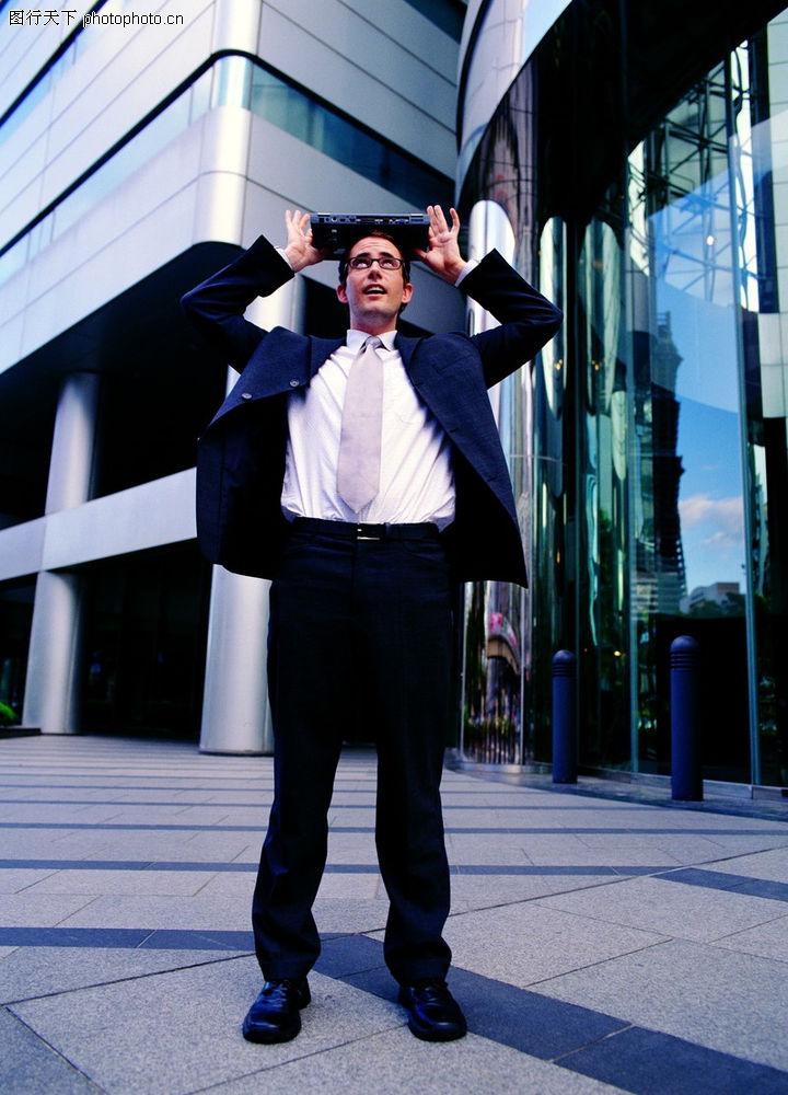 现代商务 人物 遮阳 头顶笔记本 站立 仰望 披着西装