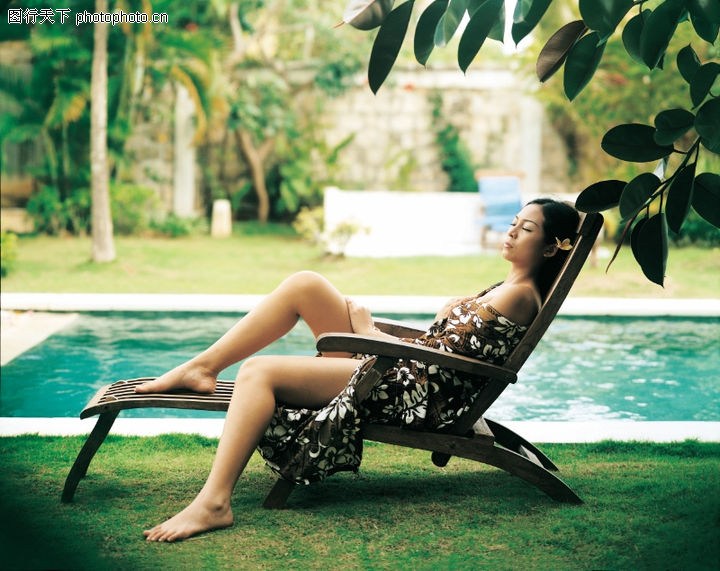 醉心巴厘岛spa,休闲保健,躺椅上 裙子 脚放小桌台上,醉心巴厘岛spa