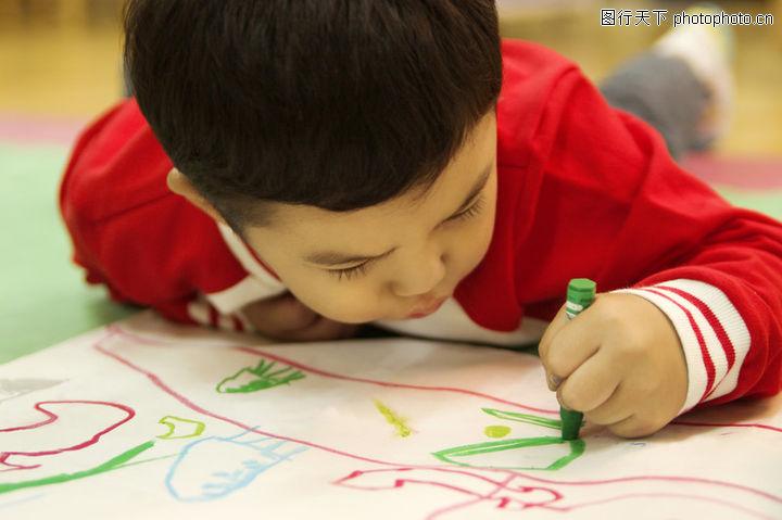 学前教育,儿童,趴地 绘画