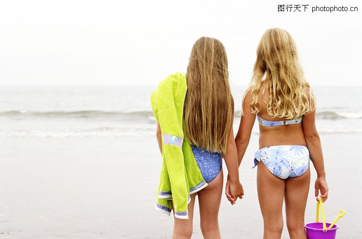 亲子海边背影照