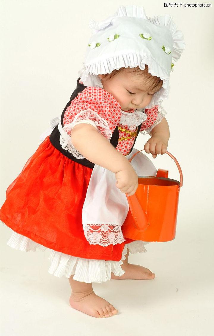 可爱的宝宝 人物 拿东西 小女孩 油漆桶