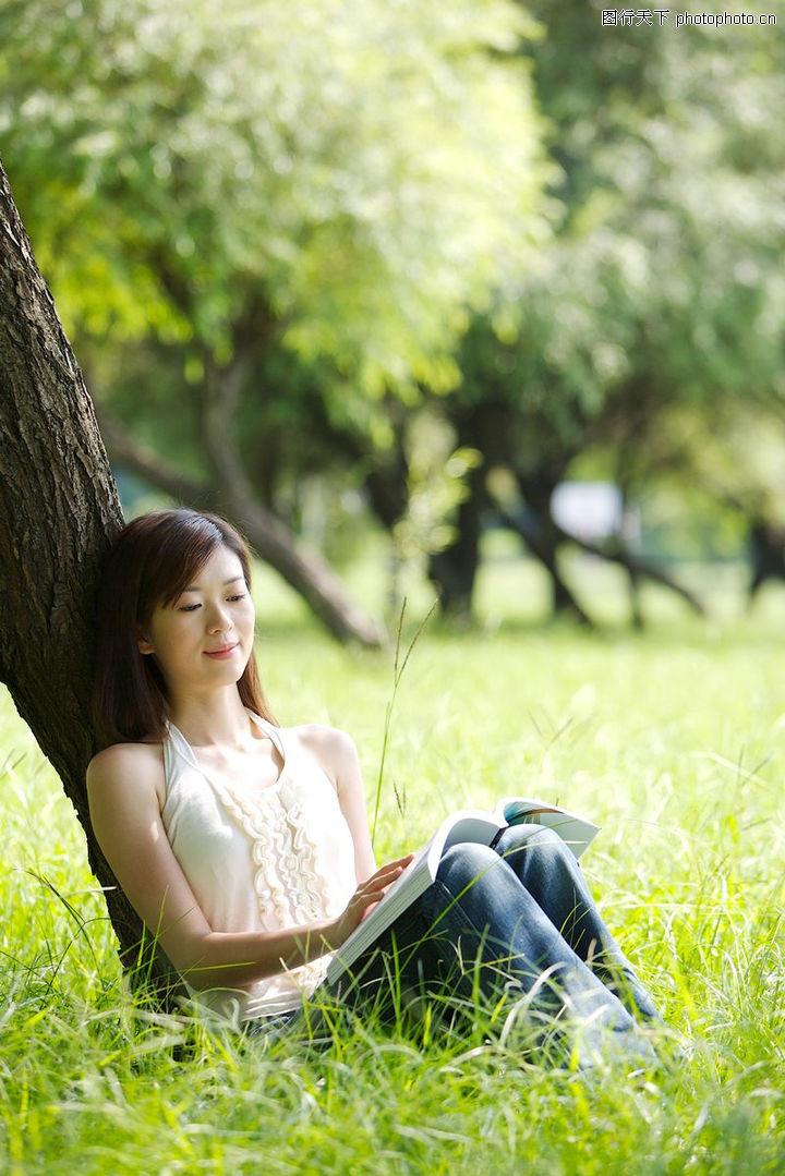 坐在树下看书简笔画,在树下看书唯美,树下看书动态 .