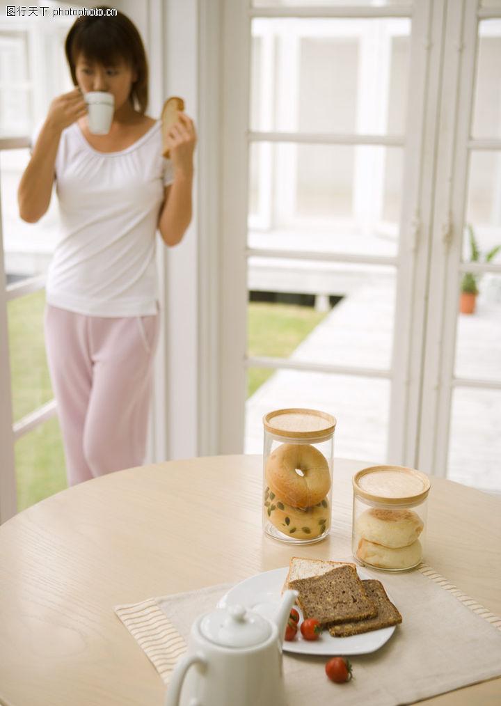女性健康生活,生活方式,圆桌 瓶子 喝牛奶,女性健康生活0098 女性健康生活 生活方式 圆桌
