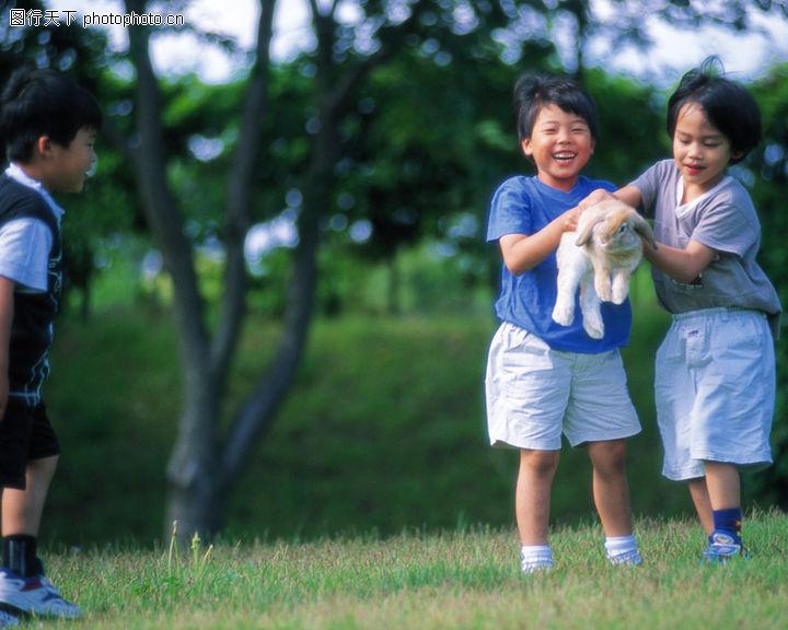 儿童在公园玩耍