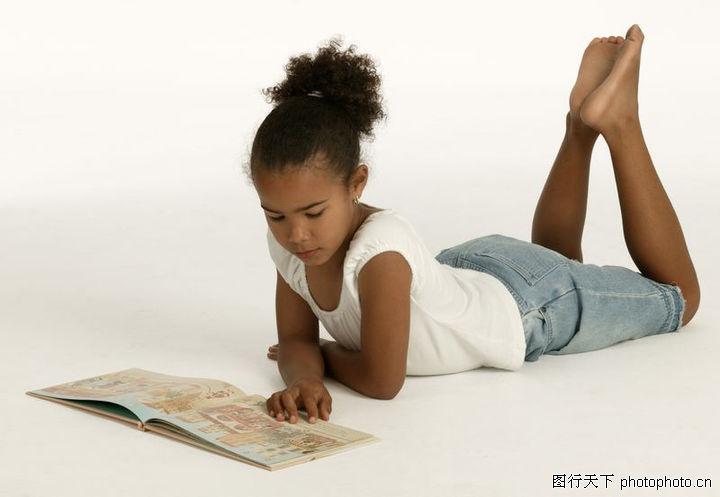 人物,趴着看书
