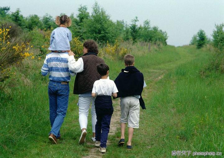 欢乐家庭图-家庭生活图片; 欢乐家庭 家庭生活 一家人的背影